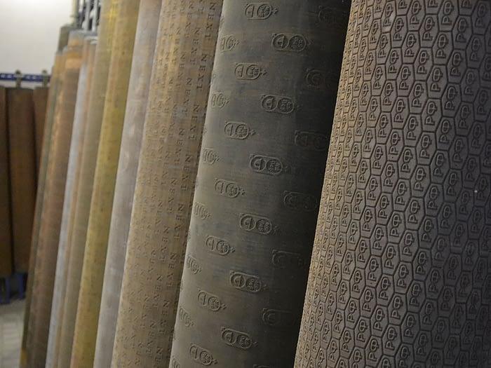 На фотографии образцы рельефных поверхностей для эгутеров, смотанные в рулоны