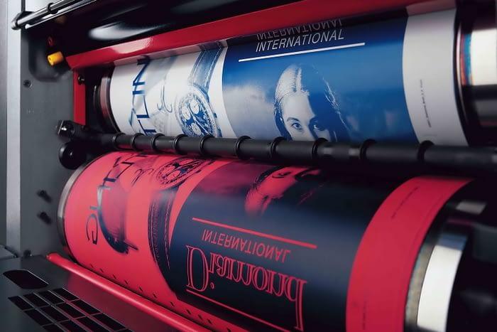 Фотография процесса офсетной печати с валами крупным планом