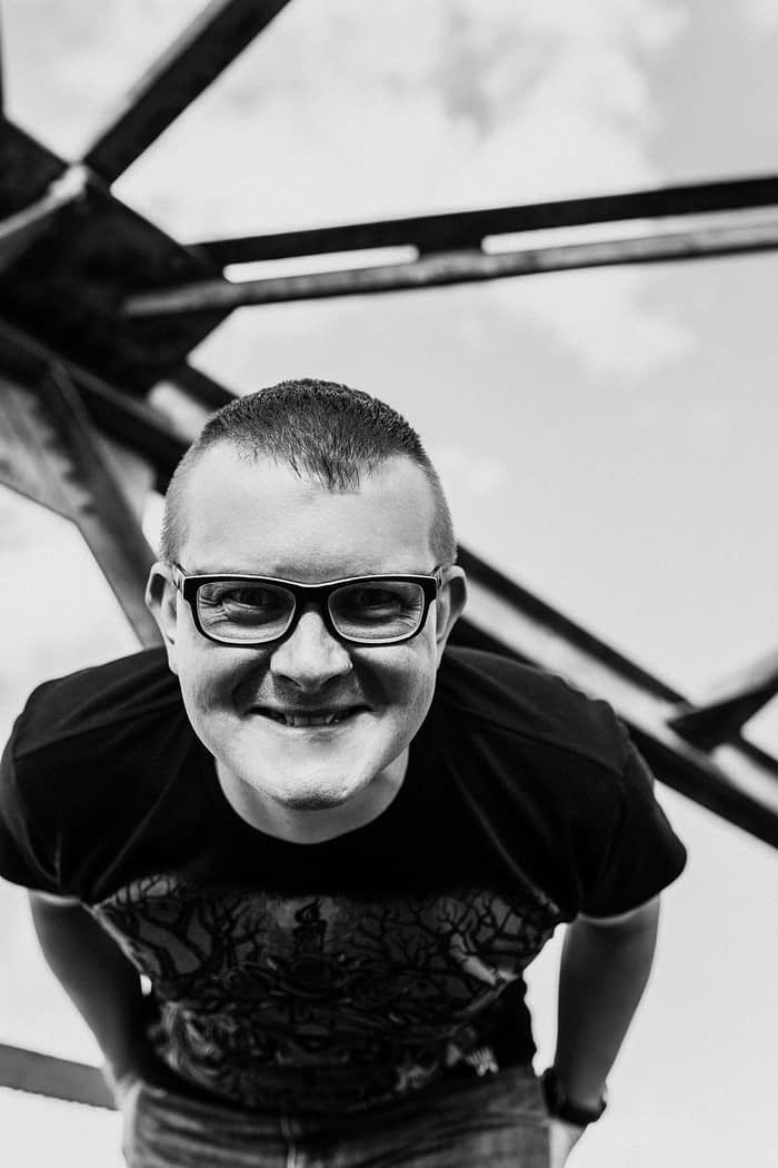Черно-белая фотография улыбающегося Романа «Канцмена» Белопухова