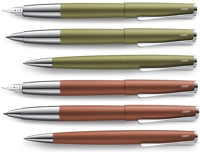 На картинке изображена лимитированная линейка перьевых, роллеров и шариковых ручек LAMY Studio Olive и Terracotta.