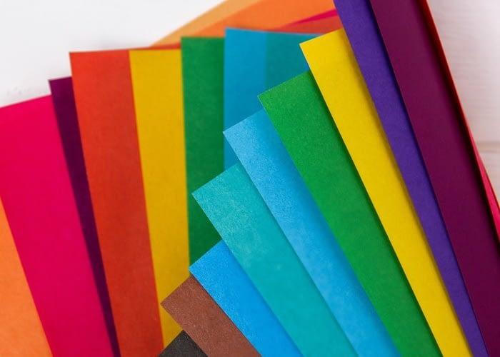 На изображении красиво разложенный веер из цветных бумаг