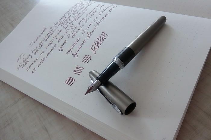 На фото записная книжка Leuchtturm1917 и перьевая ручка PILOT Metropolitan (MR) Animal collection: bronze lizard (бронзовая ящерица) и образец письма чернилами Diamine Oxblood.