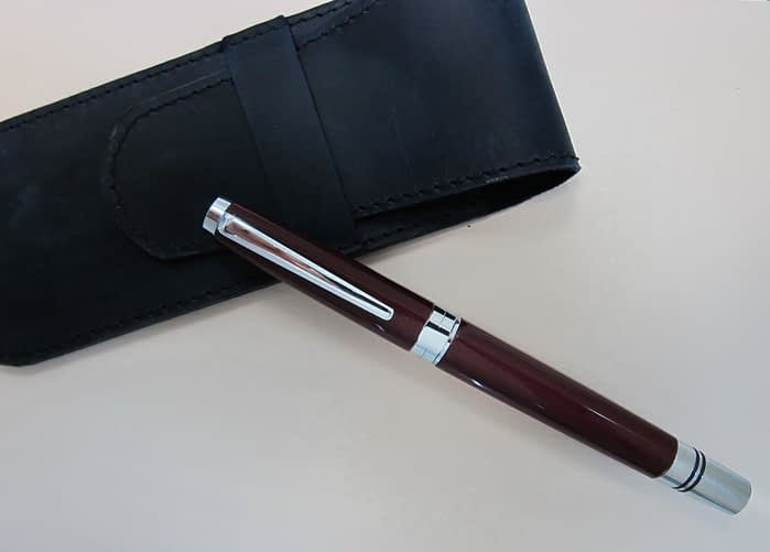 перьевая ручка TWSBI Classic в закрытом виде на черном футляре