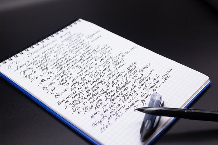 В блокноте текст песни исполнителя ATL  —  Божественный флоу, написанный Uni-ball Air
