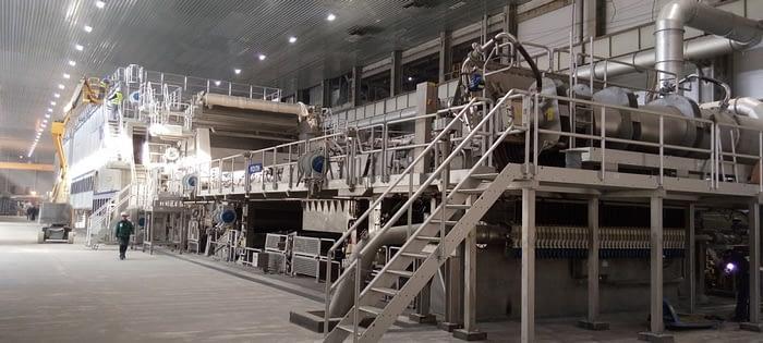 Фотография огромной бумагоделательной машины на Сегежском ЦБК